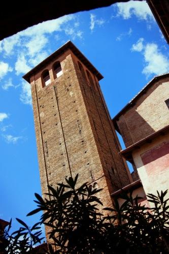 Болонья. Кампаниле базилики Сан-Стефано.